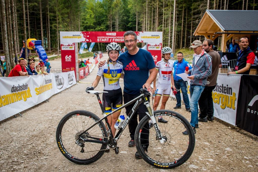 Billich mit der Siegerin des Autumn-Ride Damenrennens, der Ukrainerin Yana Belomoina