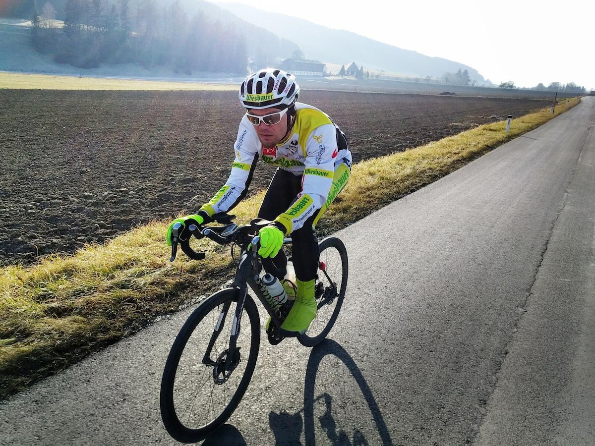 Bis zu 7 Stunden lange und winterliche Grundlagentrainings stehen auf Strassers aktuellem Trainingsplan (c) karelly / lupispuma.com
