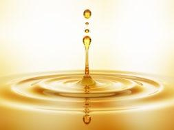Tropfen aus goldenem Öl